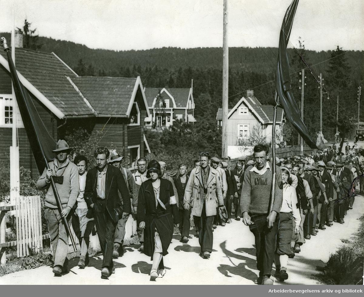 Hungersmarsjen fra Trondheim som startet den 29.mai 1932, passerer her Høybråten utenfor Oslo 21. juni 1932.