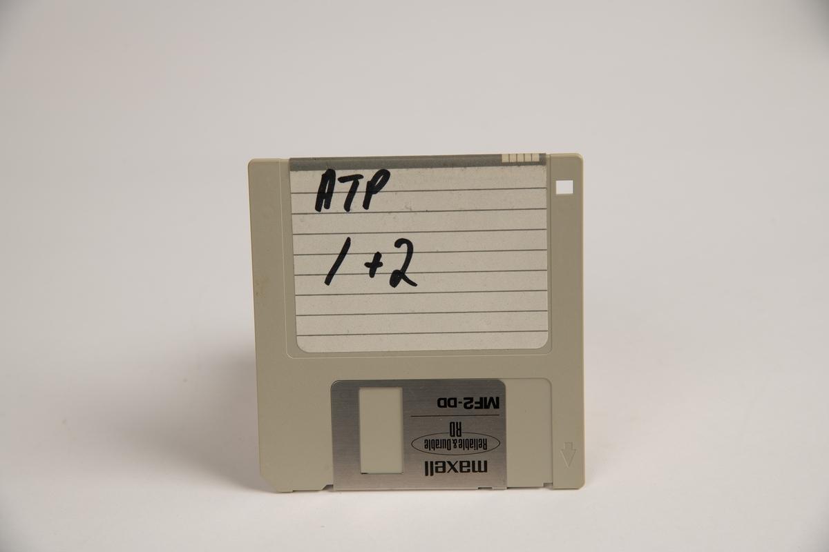 Gråhvit boks i plast med gjennomsiktig plasttopp som kan åpnes/lukkes (og låses med nøkkel, men nøkkel fulgte ikke med). Inneholder 26 disketter. Flere av diskettene ser ut til å være spill (f.eks. Monopoly, Soccer Stars Kick-off 2). En diskett som ikke er tatt ut av den originale plastembalasjen den kom i.