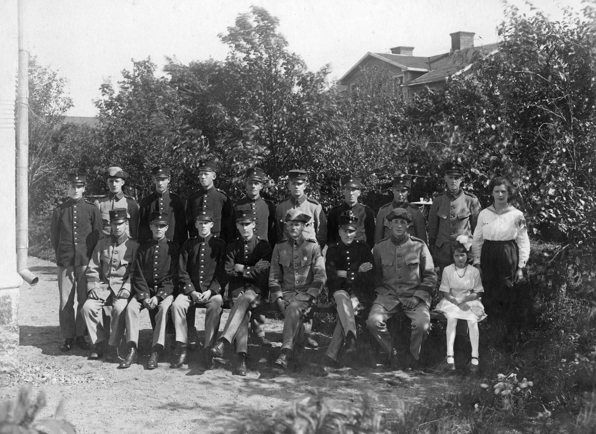 Bild ur en arkivkartong med 34 st. s/v fotografier. De flesta är gruppbilder av oidentifierade personer. Här Brödraketsen vid I-15 år 1920. Årsklass 1919.