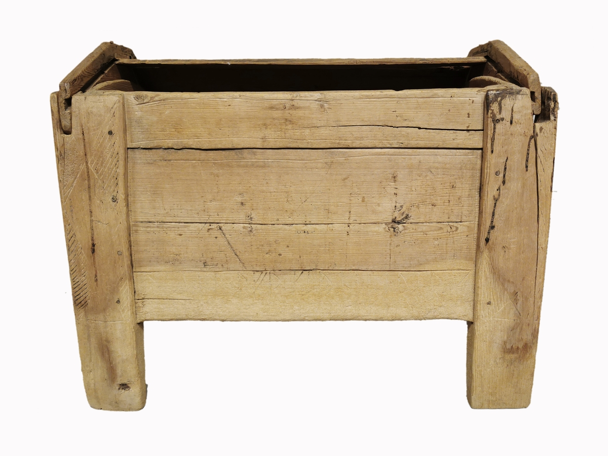 """Stolpekiste fra Nørre Berge i Vestre Slidre, datert til 11-1200 åra. Ornamentikken er typisk for perioden med trappeforma pyramidar, trekantar og ringkjeder. På lokket ein enkel romansk bladranke. Dekoren har vore måla svart.  Nederst på eine lagsida har kista ei runeinskrift: """"ræipukfr:kærpi:perork"""" som tyder """"Reidulf gjorde for deg ark(en)"""". Ordet ark peikar på forma på lokket.   Denne kista har vore brukt til salt i uminnelige tider, og i alle fall fram til 1920-åra. Det viser tydeleg kor saltet har tæra på treverket.   __   Frå museets katalogkort (1969):  Hjørnestolpene er rektangulære i tverrsnitt. Bunnen hviler på to lister langs kantene på undersiden, disse listene er tappet inn i stolpene. Sidefjølene har fjær som går inn i not i stolpene, sikret med trenagler (og nyere spikring). Lokket er buet og består av tre bord, disse har fjær i begge ender, går inn i not i to endefjøler. Endefjølene hviler i spor i toppen av hjørnestolpene utenfor kortsidene i kista. Dessuten sikret ved gjennomgående trenagler. Merke etter lås på lokkets forside. Arken har rik dekor på stolper, forside, kortside og lokk. På baksiden (nederst) en runeinnskrift: R a i p u l f r : k a r p i  : p i r o r k"""