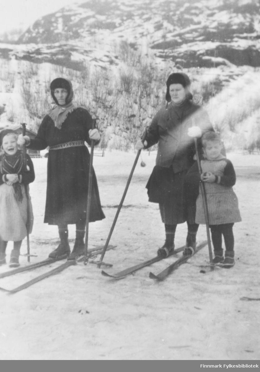 Valborg Nilsen og Kathinka Mikkola på ski. Småjentene fra venstre Ingrid Mikkola og Astrid Mikkola. Stedet er Mikkelsnes i Neiden.
