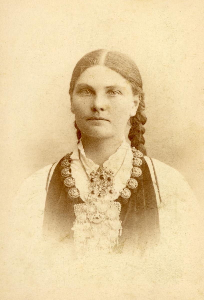 Portrettfoto av Anne Staurheim, fødd Tinne