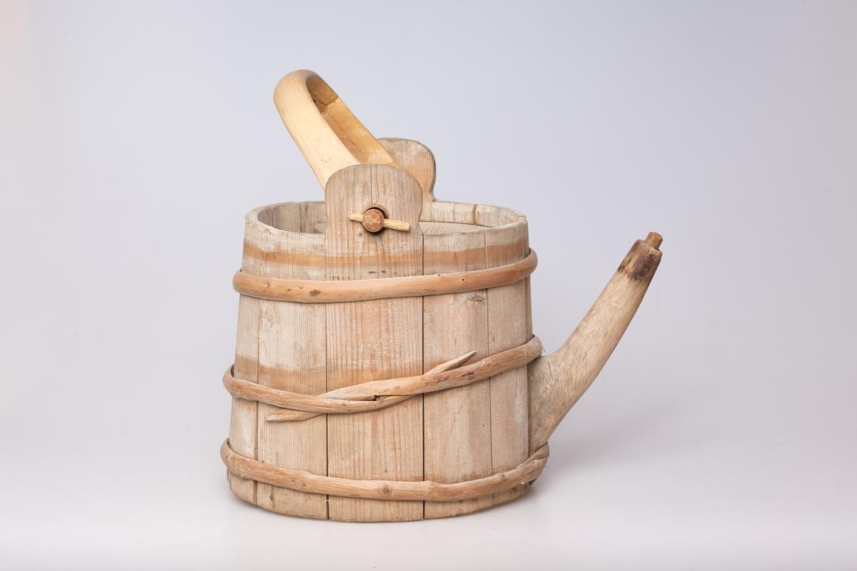 Hagesprøyten er lagget og har tre gjøler. Den har hank, tut og et delvis dekkende lokk.