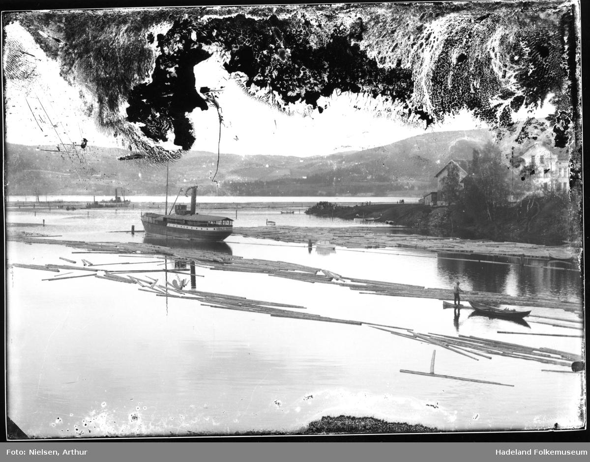 Båter og tømmer på Randsfjorden ved dampskipsbrygga og Nesbakken, Jevnaker. Harald Hårfagre og Oscar II