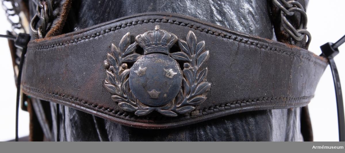 Grupp K: I.  Betseltyg, för officershäst vid Lifgardesregementen till fot; intill 1880, med silverbeslag. Sitter på hästhuvud av plast.