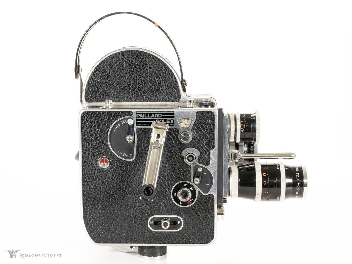 Filmkamera for dobbel 8 mm film. Tre gjengede linser foran og søkerkanal med øyepute på venstre side, og sveiv og ulike instillingshjul og indikator vinduer på høyre side.