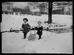 Barn i snön