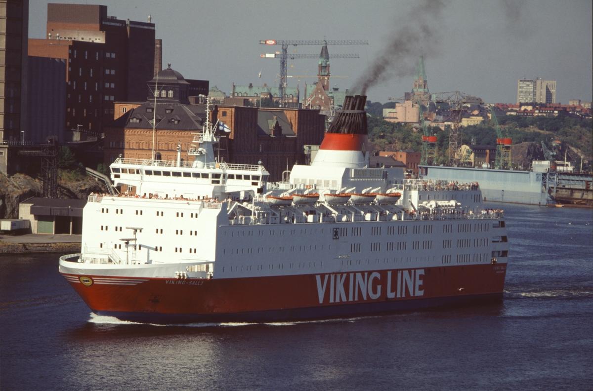 Fartyg: VIKING SALLY                   Bredd över allt 24,21 meter Längd över allt 155,43 meter  Rederi: EFFOA Byggår: 1980 Varv: Meyer Werft GmbH, Papenburg (DE) Övrigt: VIKING SALLY blev 1990 SILJA STAR, 1991 WASA KING och 1993 ESTONIA. IMO 7921033. Uppgiften ovan att fartyget då bilden togs ägdes av EFFOA (Finska Ångfartygs AB) bygger på antagandet att bilden framkallats i någorlunda anknytning till fotograferingstillfället; EFFOA övertog fartyget i december 1988.