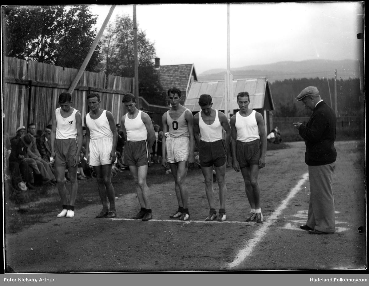Løpere klare til start inne på en idrettsplass. JIF banen på Jevnaker.