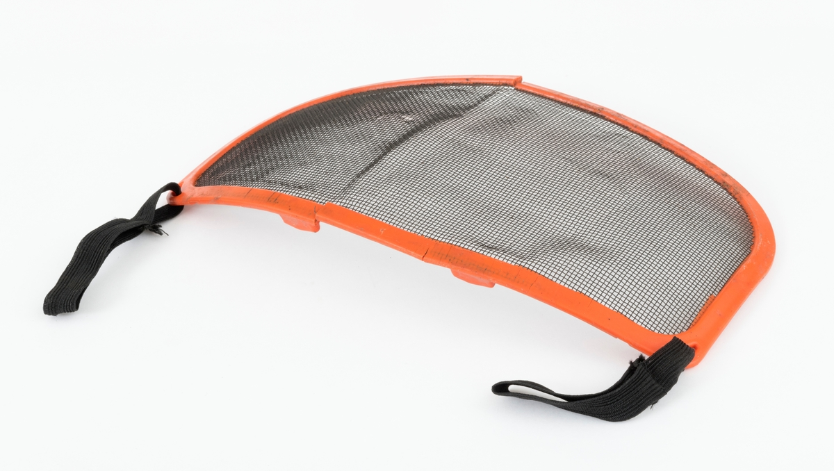 Visir som festes til hjelm, skogshjelm, hoggerhjelm, for å beskytte brukerens ansikt og øyne. Visiret består av en finmasket metallnetting som langs kantene er støpt inn i en tilnærmet rektangulær ramme av plast. På rammas øverste plastkant er det to knotter og i hvert hjørne en spalteåpning. I spalteåpningene er det festet bommulsbånd (bomullsstrikker) som er cirka 10 centimeter lange. Det antas at plastknottene og bomullsbåndene (strikkene) har som funksjon å feste visiret til hjelmen.