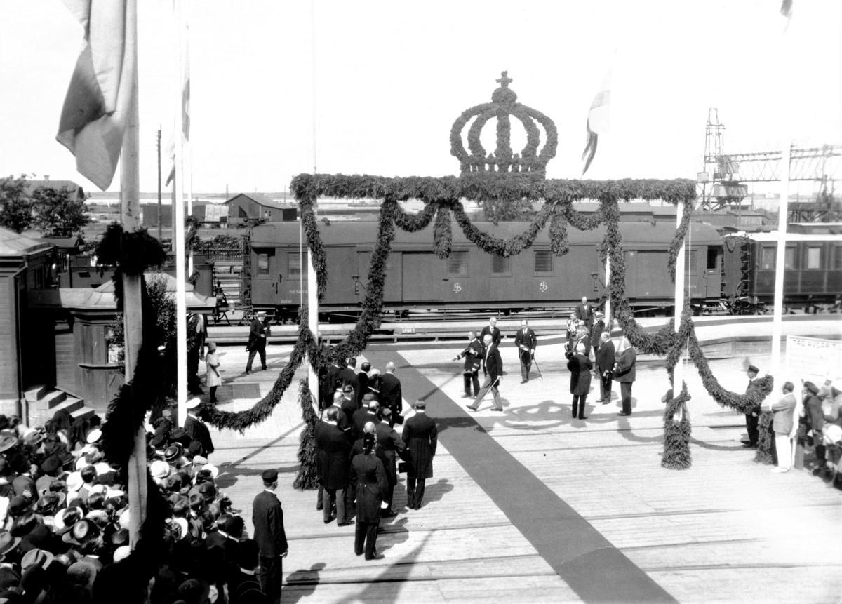 Kung Gustav V kommer till Varberg och inviger radiostationen i Grimeton. Järnvägsstationen är tjusigt smyckad och många trängs för att få se konungen komma till den lilla staden.  Bilderna F3133-3138 är från järnvägsstationen i Varberg och bilderna F3139-3140 är tagna vid radiostationen i Grimeton när konungen anlänt dit.