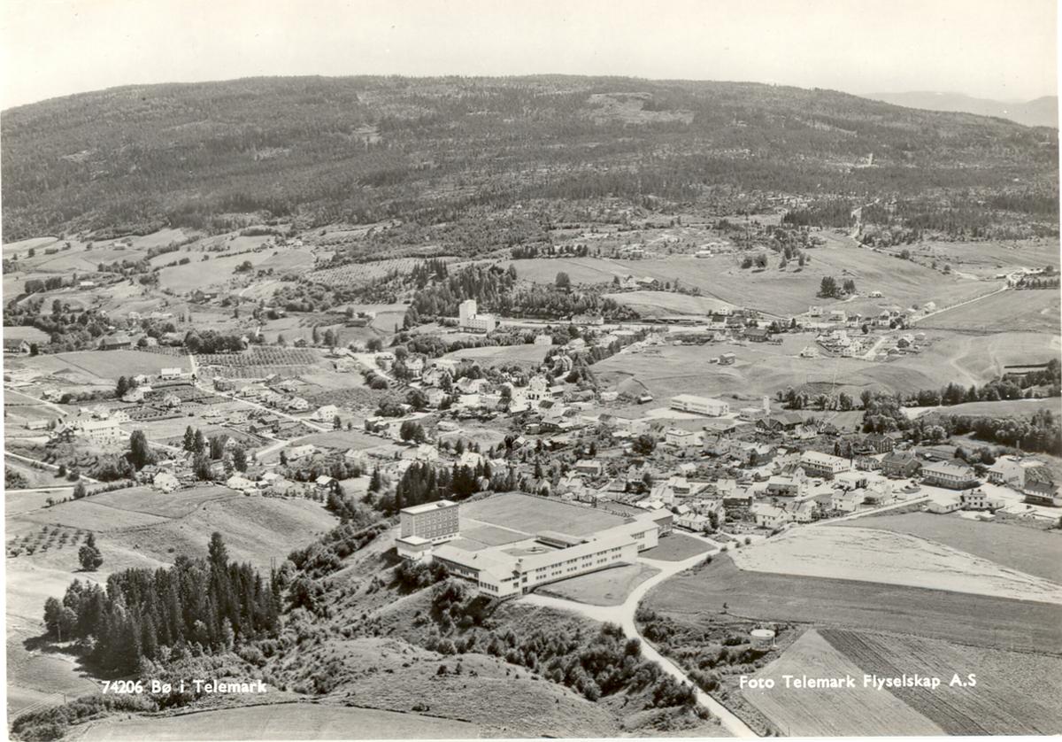 Dublett   Flyfoto over tettstad Sjå BØBF.1985:2307 og BØBF.1994:1312