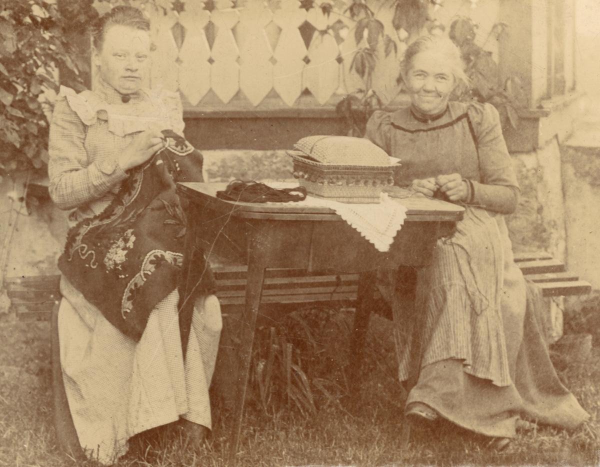 To kvinner syr
