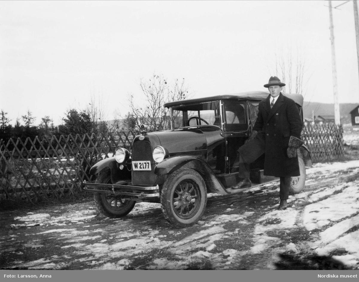 Gottfrid Jansson vid sidan av sin bil W 2177
