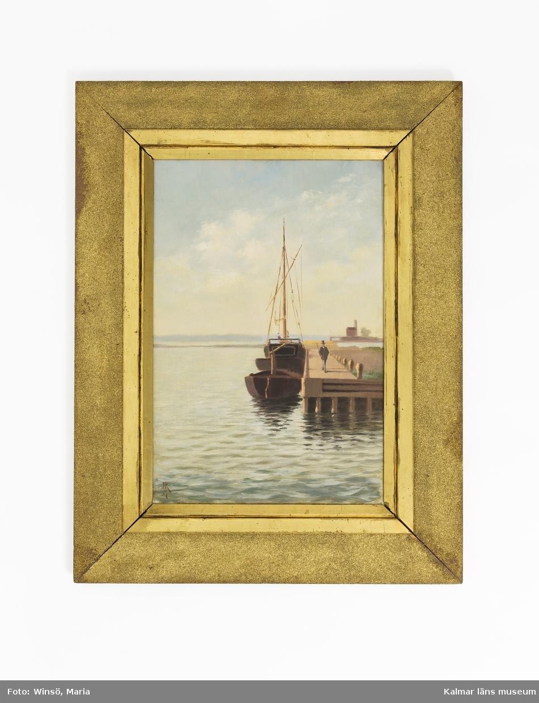 """Motiv från Kalmar, Barlastholmens nordöstra spets (tidigare kallad """"nödhamnen"""") föreställande en brygga med en man på, intill bryggan två skutor. I bakgrunden ön Grimskär med byggnad och fyr."""
