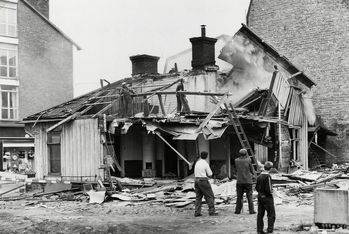 """""""Båtsmansbacken"""". Kvarteret Håkan Sjögren nr 1, 1960. Huset  rivs för nybyggnation, I bakgrunden skymtar EPA:s nybyggda fastighet vid Sandgärdsgatan."""