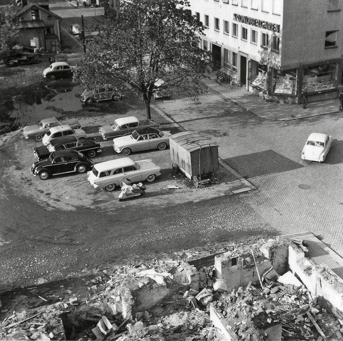 """""""Båtsmansbacken"""". Kvarteret Lugnet efter nästan total rivning, 1961, I förgrunden kv. Håkan Sjögren med nästan färdig rivning.  I bakgrunden syns bl a kv. Lugnet nr 1 b (som revs senare) och hörnhuset i kv. Stormen."""