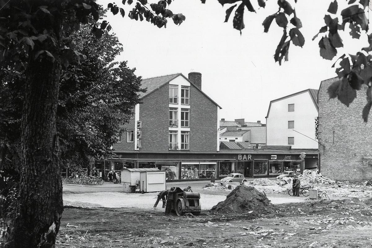 """""""Båtsmansbacken"""". Kvarteret Lugnet efter total rivning, 1961, korsningen Bäckgatan - Sandgärdsgatan. Till höger syns en del av kv. Håkan Sjögren."""