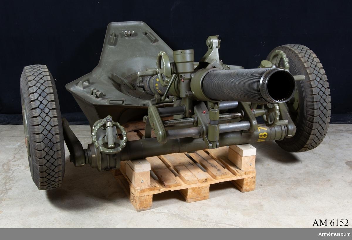 """12 cm granatkastare med hjullavett/stödplatta. Kal 120 mm. Tillv.nr 28. Väger ca 500 kg. Märkt """"MO-12+RT 61  BT 1966 No 28 AMG 81362""""."""