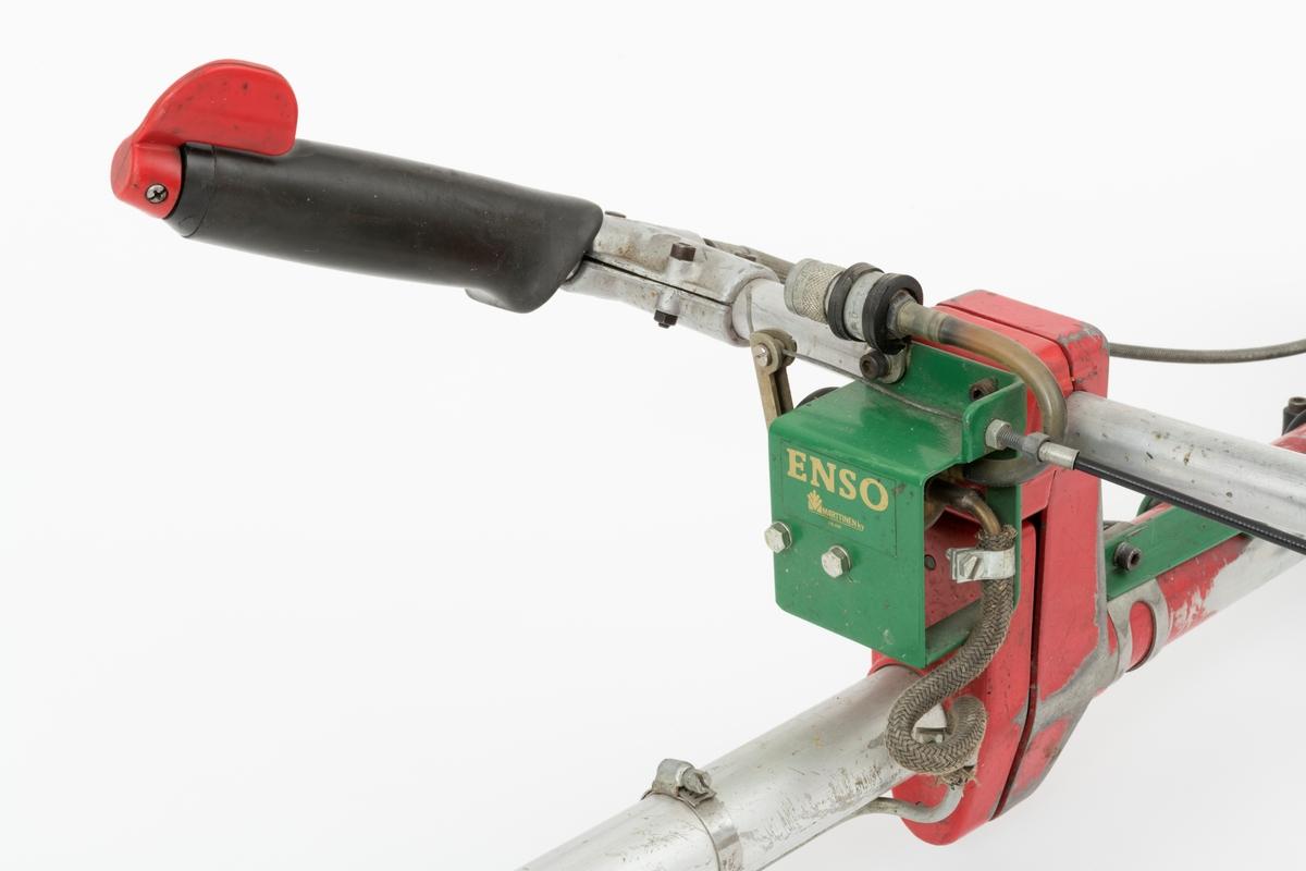 """Motorsag, rydningssag, ryddesag, av typen Jonsered RS 45 beregnet for en person. Ryddesaga ser for registrator ut til å være komplett. Det følger ikke med bæresele til saga. I skogbruket brukes ryddesaga til ungskogpleie, tynning, rydding av kratt, mindre busker og trær.   Denne ryddesaga har påmontert tilleggsutsyr for stubbesprøyting: Foran styret er det montert et """"aggregat"""" for utpumping av sprøytevæske. Det går en slange fra aggregatet langs riggrøret fram til sagbladets bladbeskytter. Her det på montert en innretning som den nevnte slangen er festet til. Utpumpingen av sprøytevaæse reguleres ved å vri på ryddesagas venstre håndtak.  (Det er koblet en tynn vaier mellom håndtaket og """"aggregatet"""".) Sprøytingen foretas for å hindre gjenvekst, nye rotskudd, ved avkappede stubber. Operasjonen kan da utføres samtidig med ungskogpleien. Det følger ikke med holder for sprøytevæskekanna. Kanneholderen monteres slik at kanna henger på høyre side av riggrøret,    Rydningssaga består av blad (sirkesagblad, sagklinge) og motor koblet til et langt stålrør/riggrør. Motor og blad er montert i hver sin ende av røret. Bladet er montert til en vinkelveksel/vinkelgir (gearhus). Kraftoverføringen fra motoren til sagbladet skjer ved hjelp av en aksel i det nevnte stålrøret/riggrøret. På riggrøret er det montert ei klamme med en ring til innfesting av bæresele. Saga styres ved et håndtak som på høyre side har påmontert gasspådrag og stoppknapp i samme hendel. Saga er utstyrt med sirkelsagblad for rydding av busker, mindre trær og kratt. Ryddesaga kan også utstyres til å slå gress. Sagas bensintank er plassert på undersiden av motorhuset, rett under forgasseren (venstre side av motorhuset). (Lyddemperen/eksospotta gjenfinnes på på høyre side av motorhuset.) Starthuset er montert bak på bensintanken. Bensinpåfyllingen er plassert rett til venstre for starthåndtaket.  Rydningssaga startes ved hjelp av snortrekk/startsnor. Saga har totaktsmotor. Ut fra Jonsereds salgsbrosjyre gjengis det"""