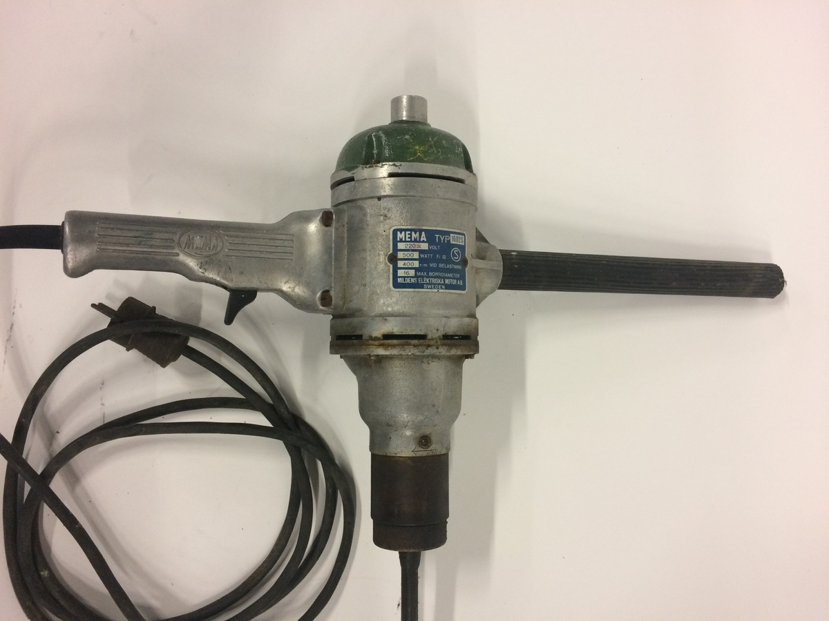 Handhållen borrmaskin för borrning av slipers. Borrmaskinen är avsedd för borr upp till 16 mm diameter. Borrmaskinen är elektrisk och motordriven och har en gummi/plastöverdragen sladd. Borrmaskinen är tillverkad av aluminium och stål.  Modell/Fabrikat/typ: 1602S  Se även Jvm20490-1-3.