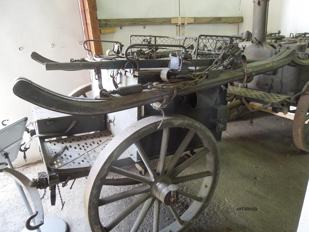 Först under Första världskriget fick man i ordning ett rationellt och hygieniskt sätt att tillaga mat till större antal behövande.  Kärran eller vagnen kunde klara av ett kompani på åtminstone 150 personer. Den var så bra att den fanns kvar i tjänst på hästdragna batterier ända till 1950-talet. Därefter sattes kokanordningar upp på ett lastbilsflak eller på en kärra efter traktor. Koket bemannades av en kokgrupp där det också fanns ett par specialutbildade kockar. Om förflyttningarna var långsamma kunde man gå i samma takt och laga mat längs vägen. Fungerade särskilt bra för ärtsoppa! Föregångaren var i allmänhet en kokgrop i vilken man eldade och kunde hänga upp kokkärl för tillagning. Se originalbild från ca 1916. På museikärran finns upphängda även medarna för vinter och snö.  Den drogs av 4 hästar.