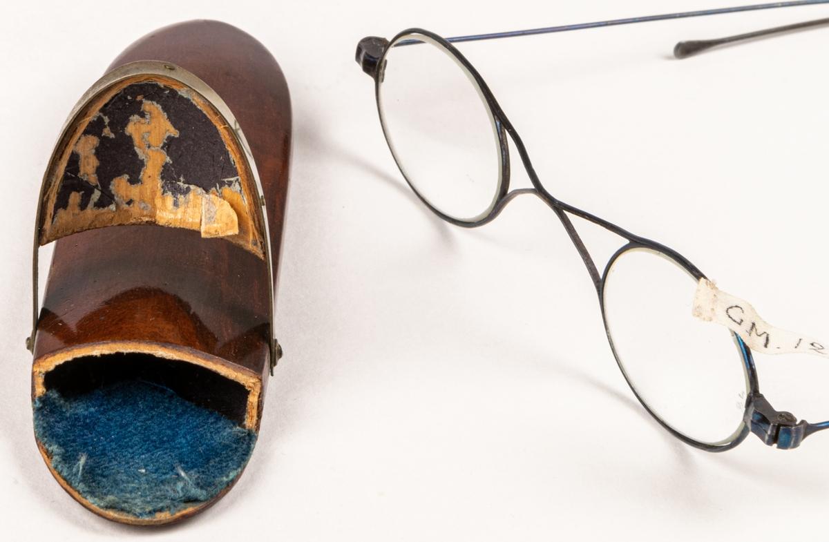 Kat. kort: Glasögon, stålbågar, skalmarna hopfällbara. Brunt fodral av trä. Gävle?