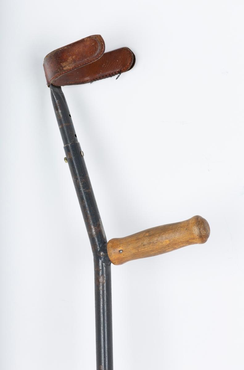 Diverse krykker i forskjellig høyde og regulerbar stang. Overarmstøtte og håndtak i tre