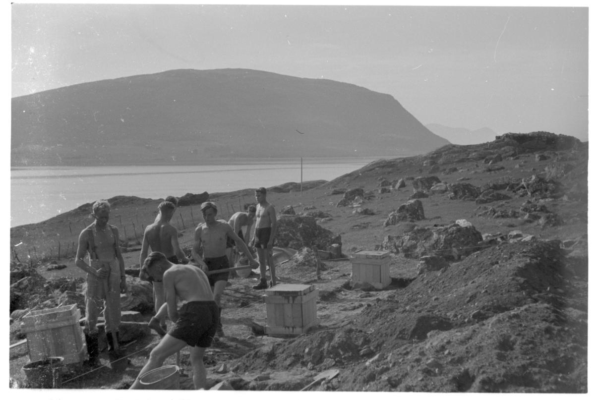 Tyske soldater arbeider med brakkefundamenter på Bøneset i Kasfjord. Skjærstad i bakgrunnen.
