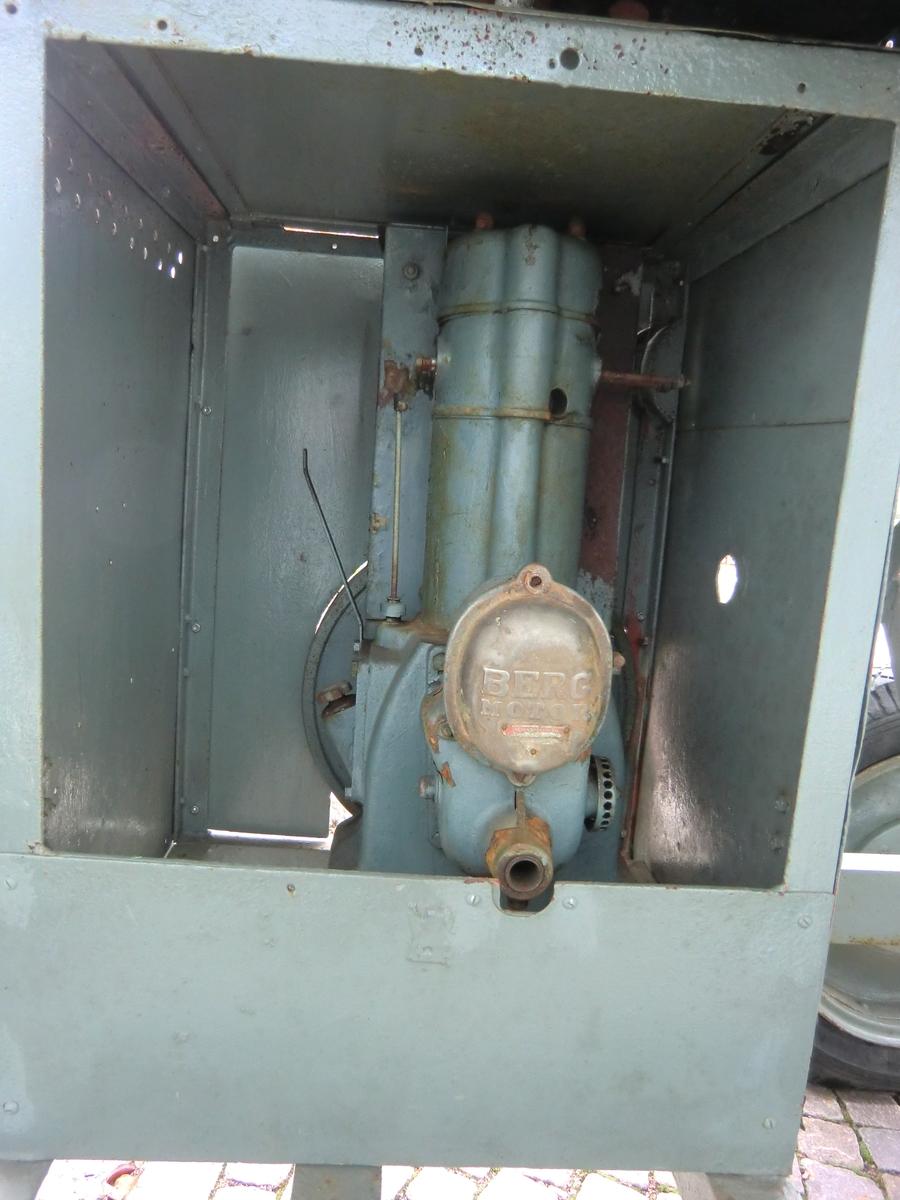 Gruselevator av gråmålat järn på dragvagn. Elevatorn är tvåaxlig med fyra gummihjul, nya gummidäck. Modellen kopplades till en bensinmotor som drev spiralskruven och elevatorn.    Med dragstång till lastbil etc. På vagschassit en Bergmotor (troligen för bensin). Baktill inmatningsspiral, svartmålad. Transportband av gummi.  Märkt: VV 35/596
