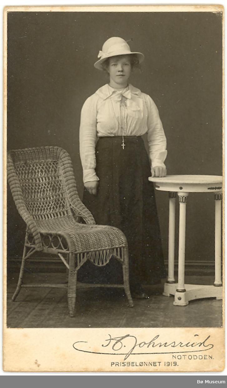 Portrett av Signe A. Plomhugget, i fotoatelier