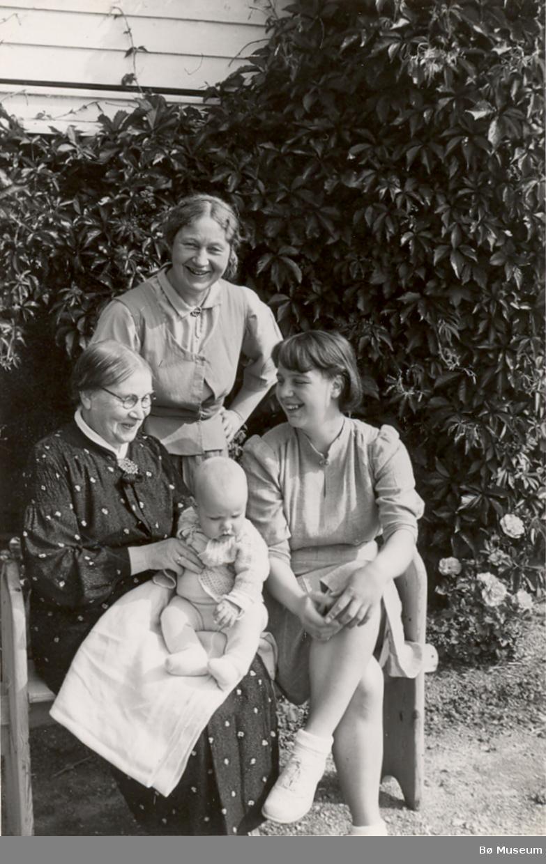 Familiegruppe. Sitjande frå v. Anne Marie Vaa, Kviteseid, bak dottera Ingebjørg T. Valen, f. Vaa og eit spedbarn og ei yngre kvinne.