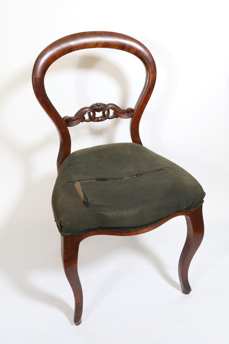 Ryggen dannes av en glatt hesteskoformet bue sm like over setet gjør en liten knekk utover og så går jevnt over i de nedad bakoverskrånende bakben. I ryggen tverrsprosse med skåren dekorasjon - to løkkeformede blad forbundet med en ring. S-svungne, nedad avsmalnende forben. Trapesformet sete hvis frontsarg har buet underkant. Sete er stoppet over spiralfjærer.
