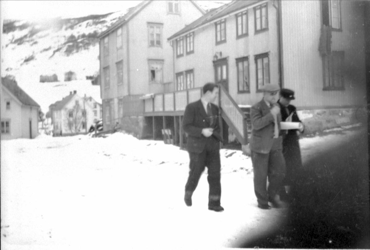 Per Edvardsen og brødrene Ivar og Størker-Iver Størkersen på veien i Borkenes sentrum.