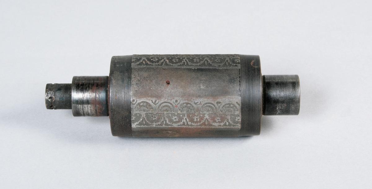 Molett. Tvärs över, bårdmönster i form av bågformationer, varvat med släta partier. Märkt: Nr 292 20, 1943. 60 mm bred gravyr. Längd 145 mm. Proveniens Borås Wäfveri AB.