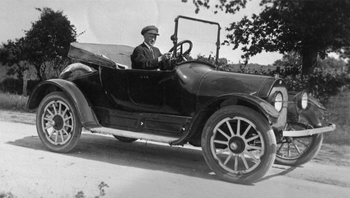 Osmund Berge Vaka med sin Overland bil i USA, ca. 1925.