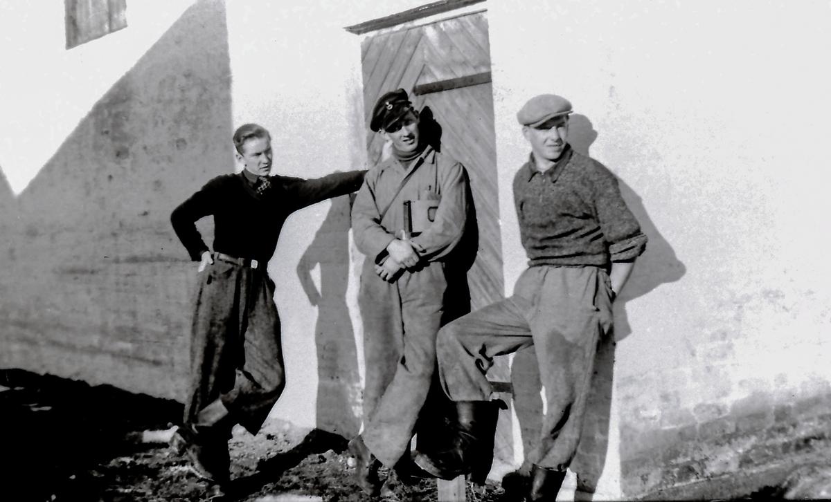 Tre av arbeidsstokken utenfor meieriet. Ytterst til høyre Hans O. Kjørstad.