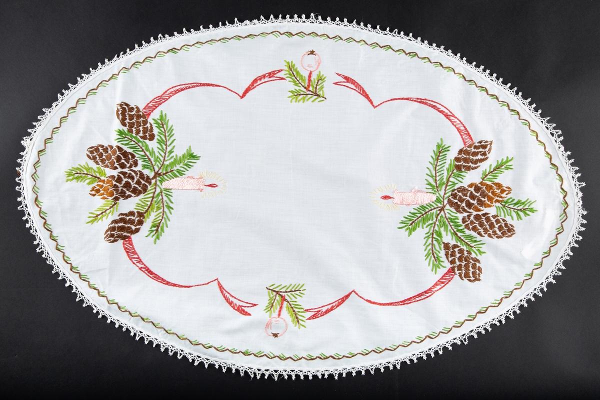 Juleløper. Oval. Bomull eller lin, tynt stoff. Hvit, Brodert, flerfarget julemotiv, kongler, granbar, lys, julekule. Kantet med maskinkniplet bord.