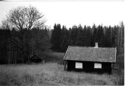 Åtte fotos av plassene Øvre Kleggerud og Kleggerudstua under