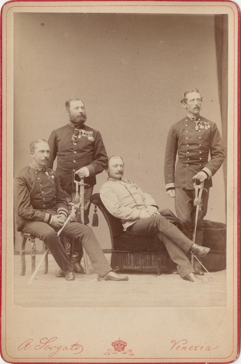Porträtt av okända officerare.