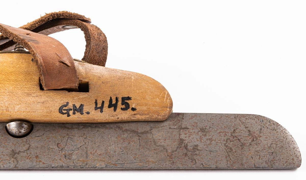 Skridsko, en stycken, med fotplatta av trä, gulfernissad.