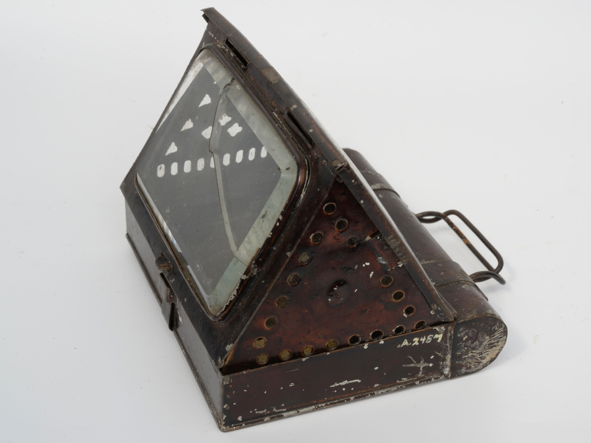 """Bokform, 1 side til å slå opp, 1 side med glass til å brette ut, i """"boken"""" to 3-kantklaffer på kortsiden til å slå ut, den ene med lysholder."""