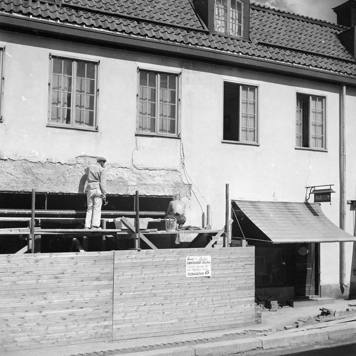 """På planket finns en skylt där man kan läsa: """"Under R. F. Lucks ombyggnad hänvisas ärade kunder till vår tillfälliga lokal Stora Gatan 43."""""""