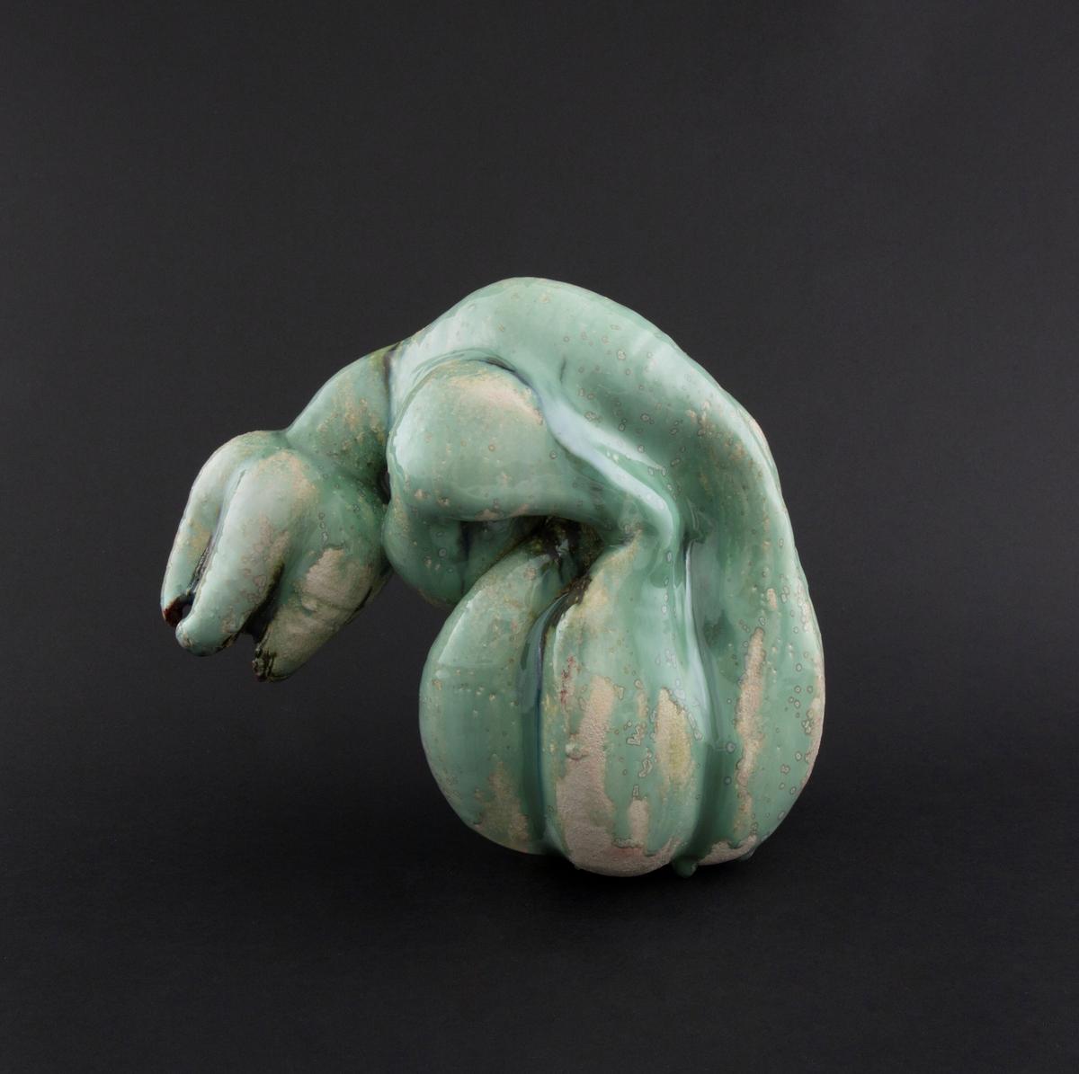 Håndmodellert skulptur i glasert steingods i liggende positur. Den har en organisk og asymmetrisk kalebassform som ender i en tulipanform med halvåpne kronblader. Keramikkskulpturen inngår i en installasjon bestående av 26 deler i ulike størrelser og med individuell utforming. De asymmetriske variasjonene gir et inntrykk av bevegelse, og den lett sykelige fargepaletten gir et uhyggelig og grotesk preg. Samtlige deler minner om kjøttetende planter.