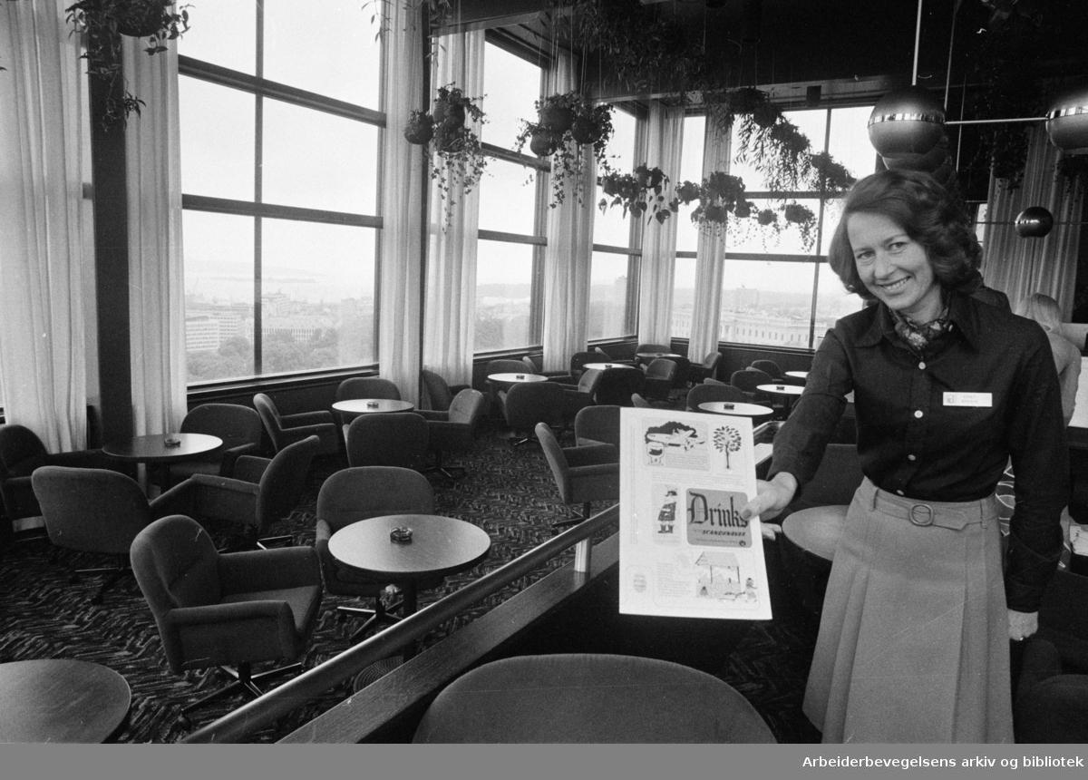 Åpningen av Hotel Scandinavia ved Holbergs plass. Også kjent som SAS-Hotellet eller Radisson Blu Scandinavia Hotel. Pr-ansvarlig Kirsti Brekke ønsker velkommen i Scanorama bar. Juni 1975.