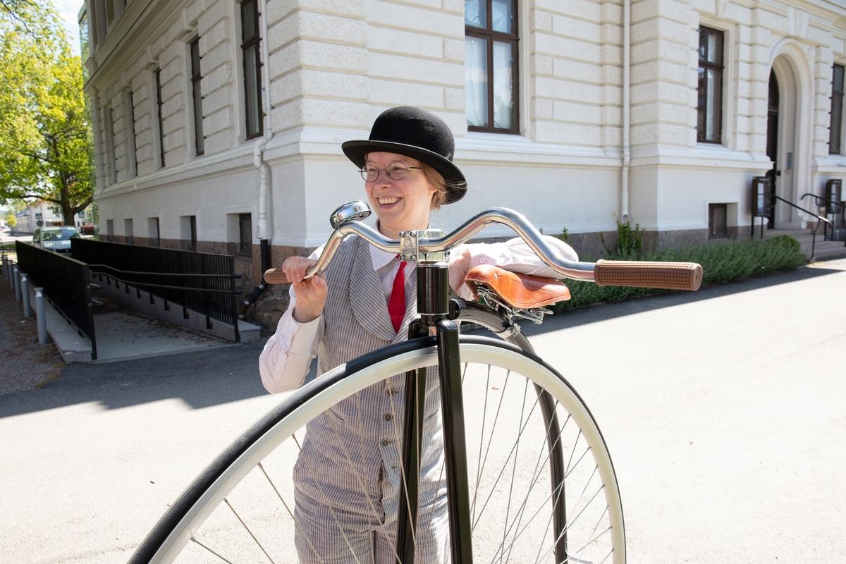 Vänersborgs museum. Sofia Edlund klädd i sekelskifteskläder