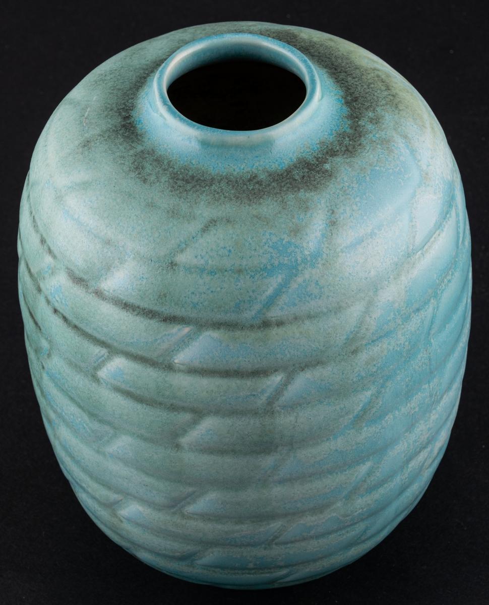 Vas, modell EH, med turkos glasyr, formgiven av Anna-Lisa Thomson för Gefle Porslinsfabrik. Flintgods. På undersidan tryckt i godset: ALT för Anna-Lisa Thomson, samt EH för modellbeteckning.