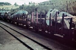 Dombås jernbanestasjon (?), jernbanevogner med vrakrester av
