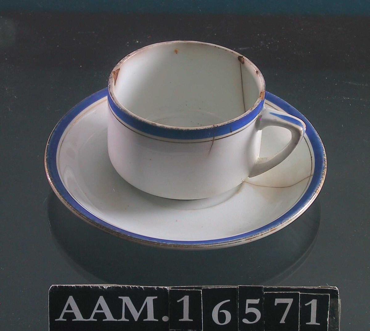 Kopp og skål,  hverdagsbruk  vitt, ustemplet stentøy. Kant i koboltblått med gul1stripe. a) Kopp. Rettsidet vid kopp,  trekantet hank med blå stripe. Stekk og hakk.  b) Skål. Stekk fra kanten.
