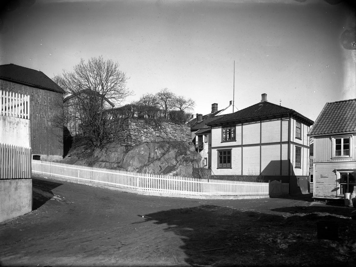 Krysset Smith Petersensgt - Centralgaten Til venstre: Omsetningssentralen/Hermann Andersen Møbelutsalg Til høyre: Drevdals bygg (Agder Forsikring)